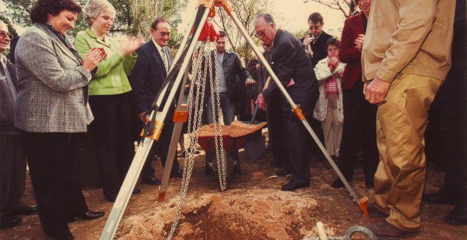 2002 Acte de col·locació de la primera pedra de les noves instal·lacions